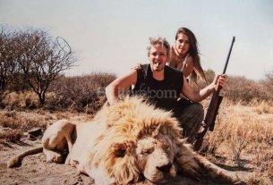 Repudio por las fotos de Garfunkel y Vanucci con animales muertos cazados en un safari