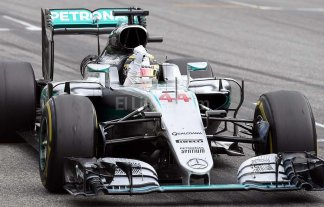 Hamilton gan� y acort� la distancia con Rosberg