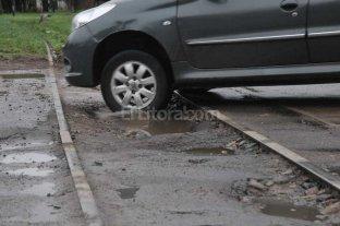 Un problema eterno: baches y pozos en los cruces ferroviarios