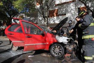 Se incendi� un auto mientras circulaba por barrio Mariano Comas