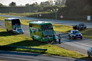 Transportistas de turismo cortaron el tránsito de la autopista Santa Fe - Rosario En el cruce con Ruta Nacional 19
