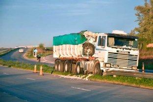 Camión chocó contra  el guardarrail en la Circunvalación Oeste Perdió parte de su carga