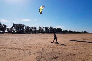El ingenio de los kitesurfistas de la Setúbal para navegar sin agua El Kite Landboarding llegó a Santa Fe