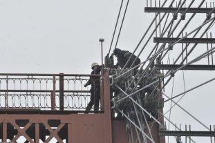 Drama en el Puente Colgante Un hombre amenaza con tirarse al vacío