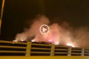 Video: se registra un incendio de grandes proporciones en los bañados junto al Puente Carretero Santa Fe - Santo Tomé