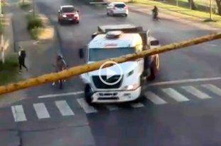 Video: un camión arrolló a una motociclista en Reconquista  Impactante accidente