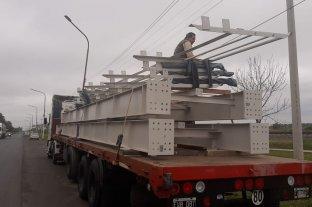 Instalan un puente peatonal en Sauce Viejo Tránsito cortado