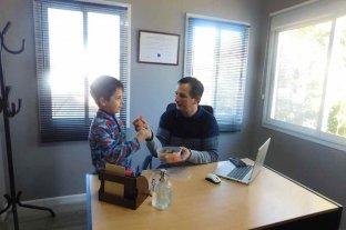 """El joven de Santa Fe que creó golosinas """"súper sanas"""", premiado a nivel nacional Lo inspiró su hijo con autismo"""