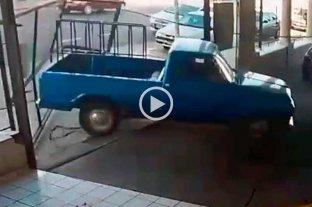 Enojado por la multa, sacó su camioneta del corralón municipal y reventó el portón de ingreso Video viral