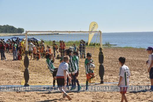 Las escuelitas de fútbol se fueron a la playa
