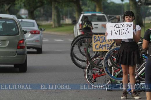 Manifestación en la Costanera por una ciclista embestida por un auto