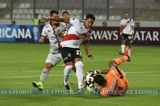 Colón goleó a Deportivo Municipal en Perú