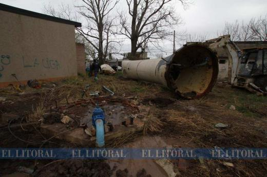 Se desplomó la torre de un tanque de agua