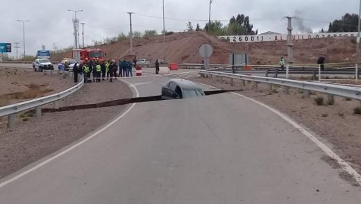 Enorme grieta en la R7 se tragó a un auto en Neuquén
