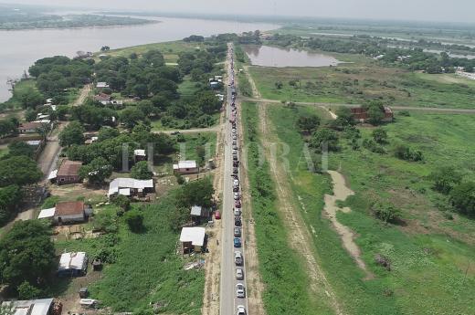 Desde el drone: el cruce en balsa a Paraguay