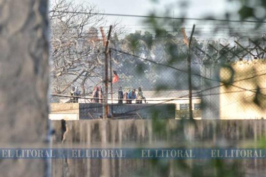 Disparos, fuego y gritos en la cárcel de Las Flores