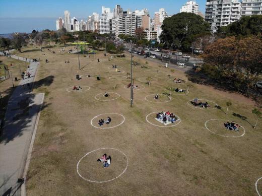 En Rosario, pintan círculos en los parques
