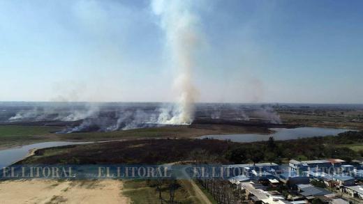 El fuego sigue cerca de la ciudad con cifras récord