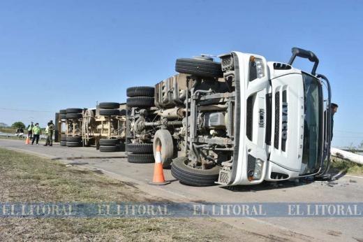 Camión tolva volcó en el rulo de circunvalación y ruta 70