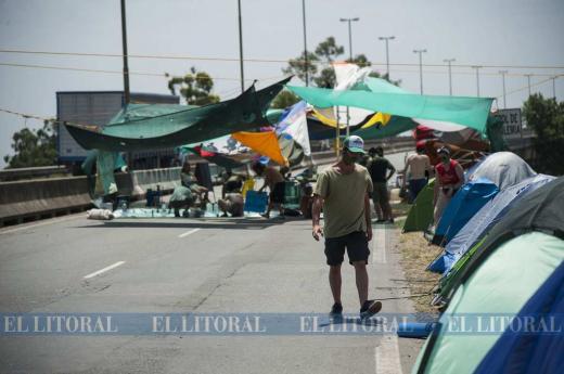 Por una ley de humdales: tercer día de acampe sobre el puente Rosario Victora