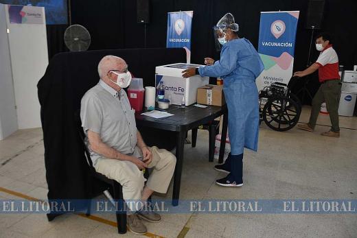 Vacunan a 600 adultos mayores de 90 años en la Esquina Encendida de Santa Fe