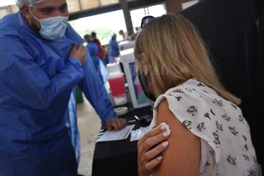 Vacunan a los docentes contra el coronavirus