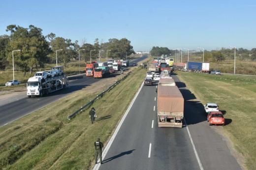 Empresas de turismo ahora cortan la autopista Santa Fe Rosario