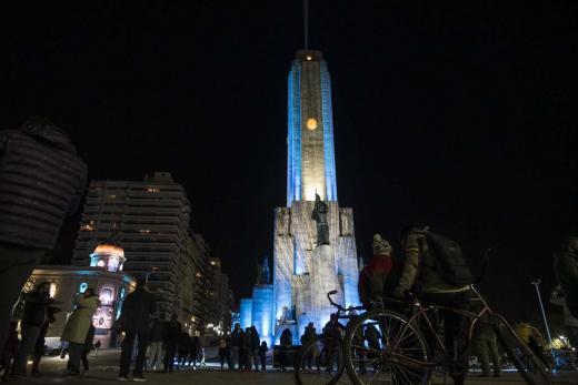El monumento a la Bandera ya luce iluminado
