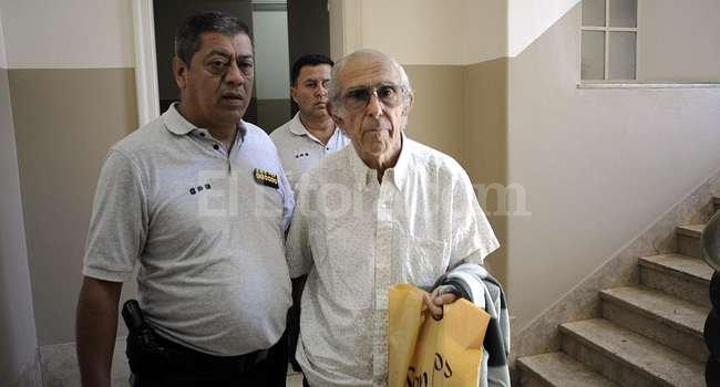 Barreda con escolta policial, cuando expuso acerca de los problemas de convivencia con su mujer en de la Cámara Penal. Crédito: Archivo El Litoral.