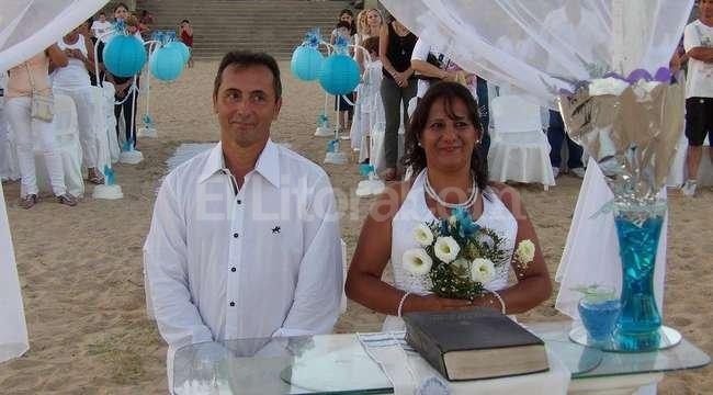 """Bodas de plata. """"Somos de la idea de no dejar nada pendiente, de cumplir nuestros deseos, y casarnos en la playa era uno importante"""", dijo el novio. Crédito: Gentileza familia Iglesias."""
