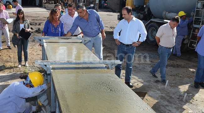 El intendente José Corral visitó esta mañana la fábrica que construye las estructuras premoldeadas de las ocho paradas.  Crédito: Gentileza Prensa Municipalidad Santa Fe