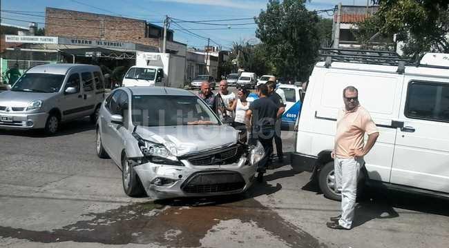 El auto impactó contra una trafic y se subió a la vereda. Transeúntes se acercaron a ayudar a los protagonistas del choque Periodismo Ciudadano / WhatsApp