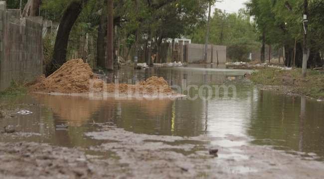 Cuando se acumula agua de lluvia, como sucedió con el diluvio de marzo, utilizar botas es clave para evitar enfermedades.  Crédito: El Litoral