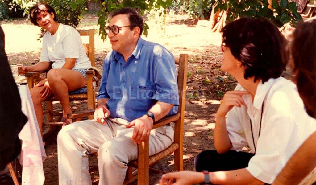 Juan José Saer junto a otras intelectuales, en un paisaje de la costa santafesina. Crédito: Archivo El Litoral