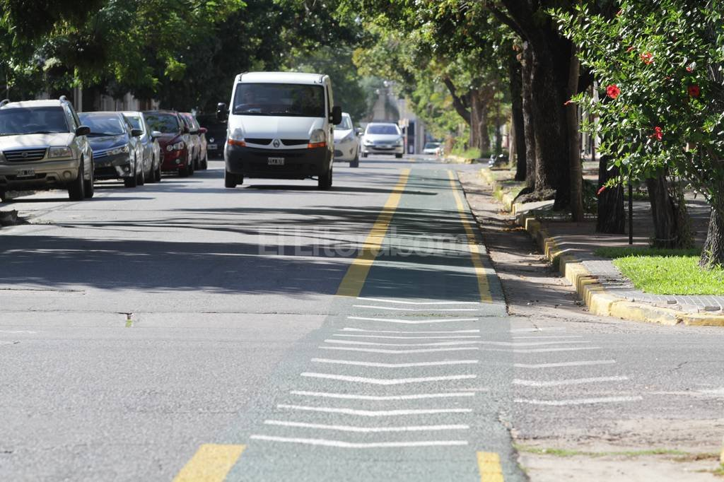 Las nuevas ciclovías fueron demarcadas sobre la mano izquierda de las calles de barrio Candioti. En horarios pico, la senda es invadida por autos y transportes escolares.  Flavio Raina