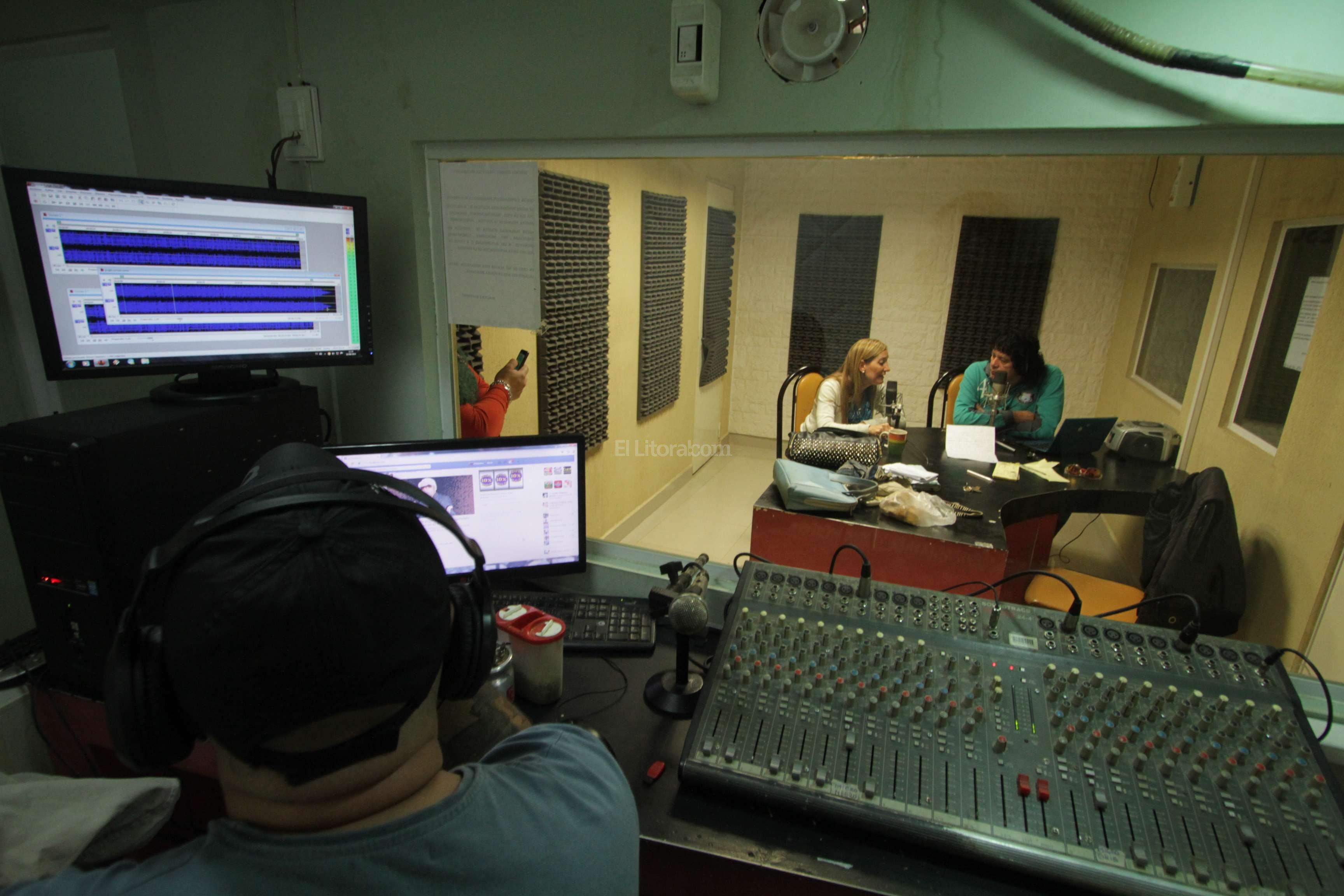 Programa radial variado. Carlitos entrevistó a Marcela Aeberhard, una de las candidatas que en el marco de las elecciones generales visitó su programa de radio.  Crédito: Mauricio Garín