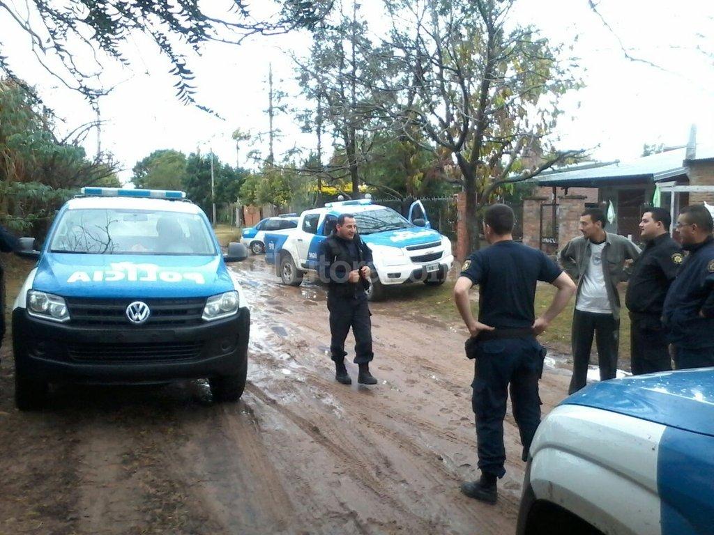 Por el alerta de los vecinos, la policía detuvo el lunes a tres personas que intentaban robar un domicilio. Gentileza vecinos barrio La Loma