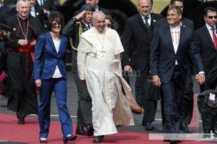 El Papa Francisco llegó a Ecuador en el inicio de su gira por Sudamérica - El Papa Francisco fue recibido en Quito por el presidente de Ecuador Rafael Correa.