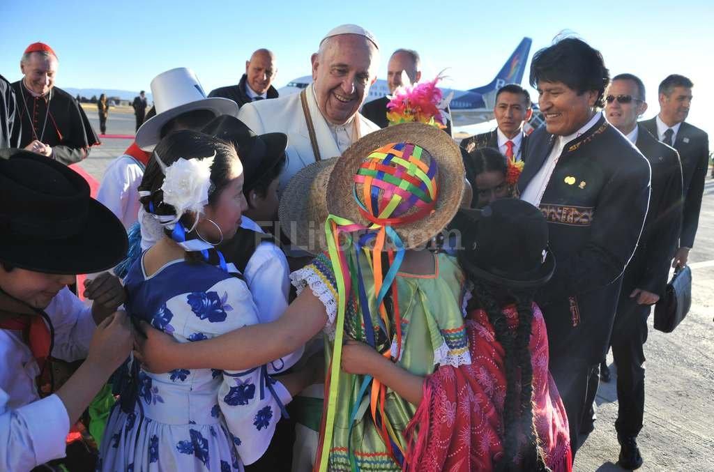 El Papa Francisco fue recibido por el presidente Evo Morales y un grupo de bolivianos con trajes típicos. <strong>Foto:</strong> EFE