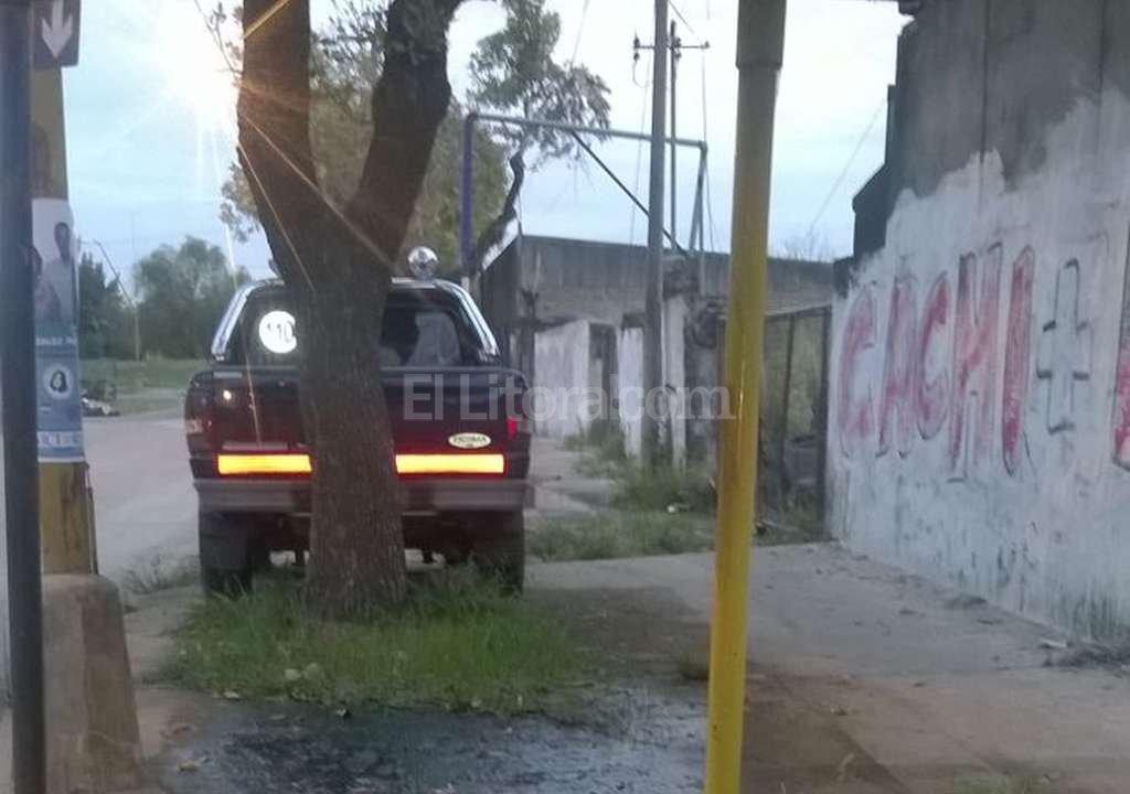 Camioneta en la vereda detrás del Corralón Municipal. Periodismo Ciudadano