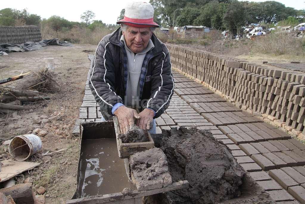 """Un regreso obligado. Rogelio fue uno de los vecinos relocalizados en La Nueva Tablada. Pero volvió apenas bajó el agua por su actividad. """"Allá no podía dedicarme a la ladrillería, que es el sustento de mi familia"""", dijo. <strong>Foto:</strong> Guillermo Di Salvatore"""