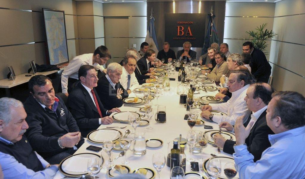 El gobernador de Buenos Aires y los representantes gremiales acordaron abrir en todo el país las mesas Scioli 2015 Crédito: Prensa Buenos Aires