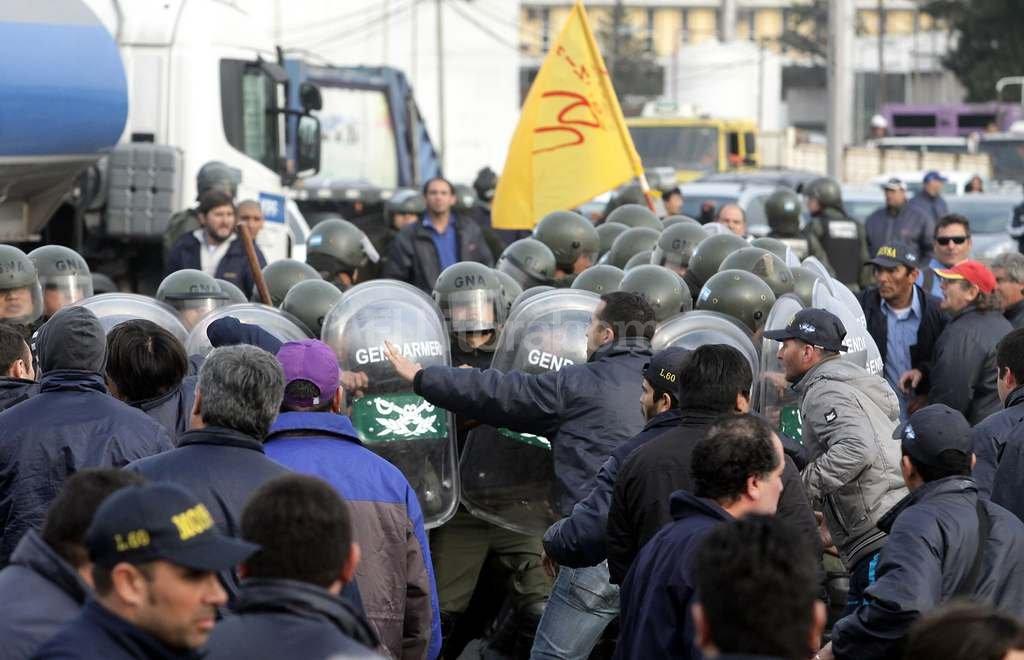Ayer los gendarmes retiraron por la fuerza a los empleados de la línea 60 que cortaban la Panamericana, <strong>Foto:</strong> DyN