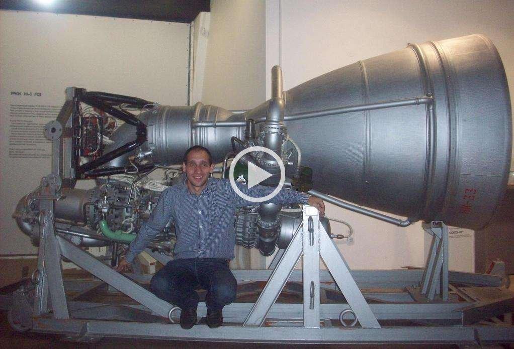 Postal de viaje. Falbo, mostrándose con un motor cohete RKK H1, una reliquia de la ciencia espacial rusa. <strong>Foto:</strong> Gentileza N. Falbo