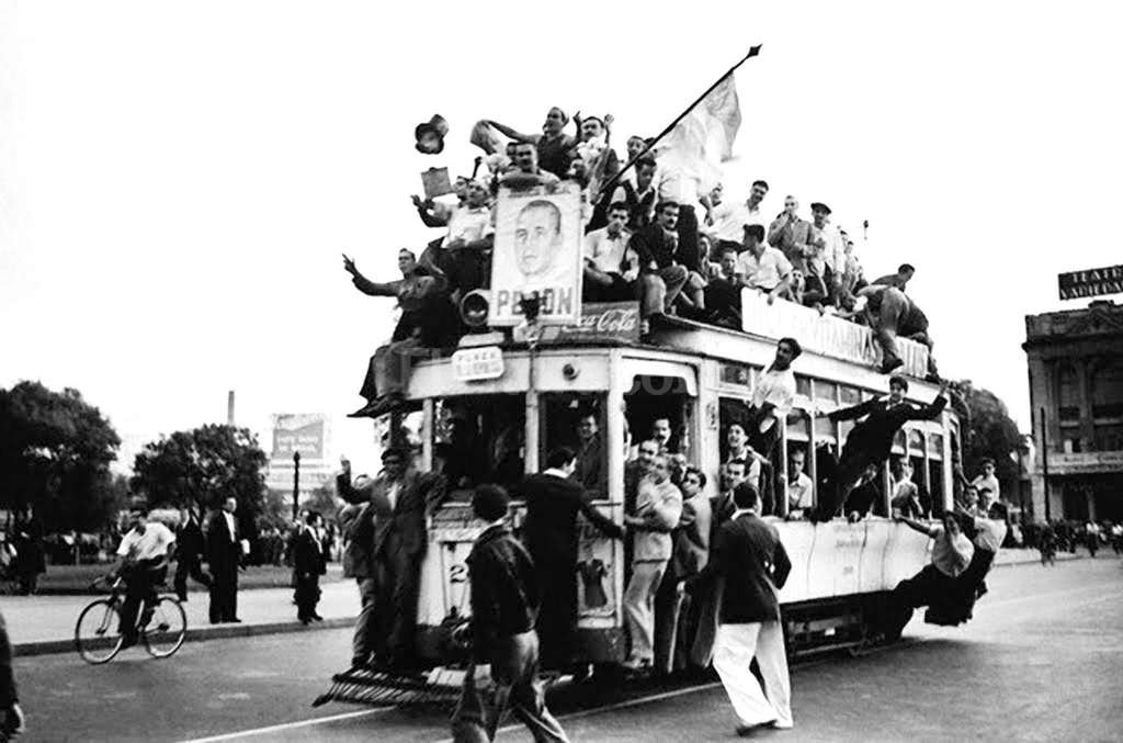 Una postal hist�rica de aquella multitud de trabajadores movilizada a Plaza de Mayo para reclamar la liberaci�n del coronel Juan Domingo Per�n. Foto:T�lam - Archivo