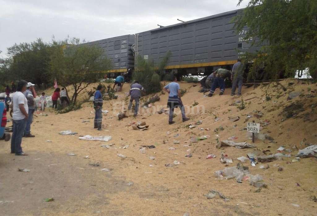 Este domingo empleados ferroviarios trabajaban en la zona para sacar al tren de allí <strong>Foto:</strong> Periodismo Ciudadano / WhatsApp