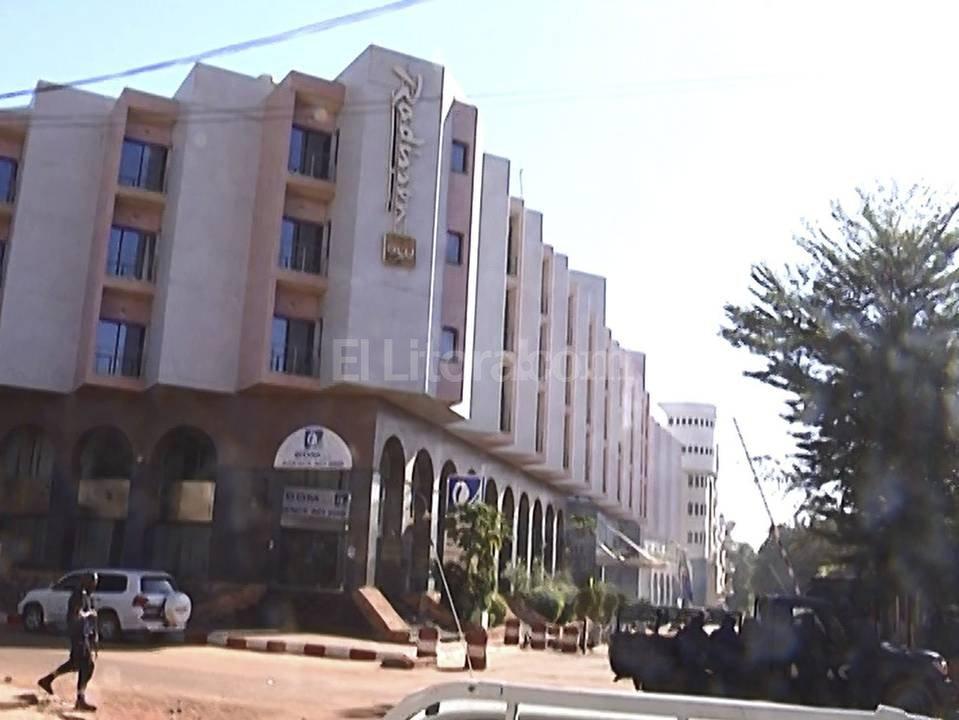 El ataque se produjo a las 07.30 hora local (misma GMT) cuando un grupo de hombres armados a bordo de un vehículo con matrícula diplomática irrumpió disparando contra los guardias del hotel antes de entrar en el interior del establecimiento y tomar rehenes.  Agencia EFE.