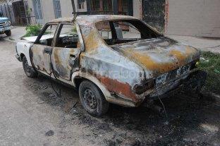 Detienen a un adolescente por el incendio de un auto en barrio San Lorenzo -  -