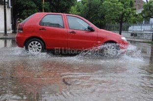 La tormenta inundó calles, derribó árboles y dejó sin luz a la Costa - Centro. En algunas calles del centro, la lluvia se acumuló hasta que la red de desagües pudo captar los excedentes.