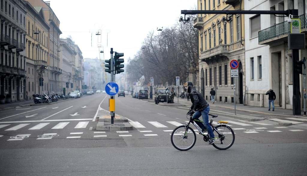 Un ciclista circula por las desiertas calles de Milán.  <strong>Foto:</strong> EFE